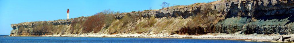 Auf dem Bild sieht man die Steilküste von Paldiski vom Meer aus gesehen. Auf dem linken Küstenabschnitt sieht man in einiger Entfernung die Spitzes des Leuchtturms von Paldiski.